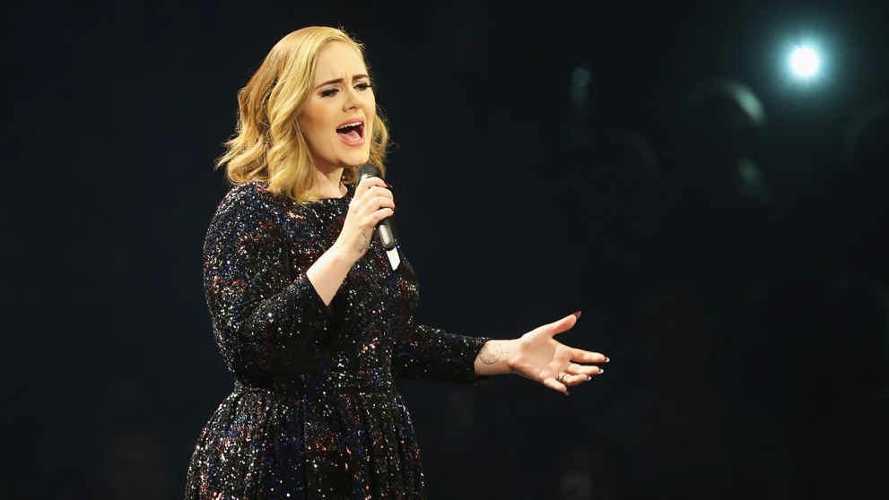 Adele detiene su concierto ¿por un mosquito?