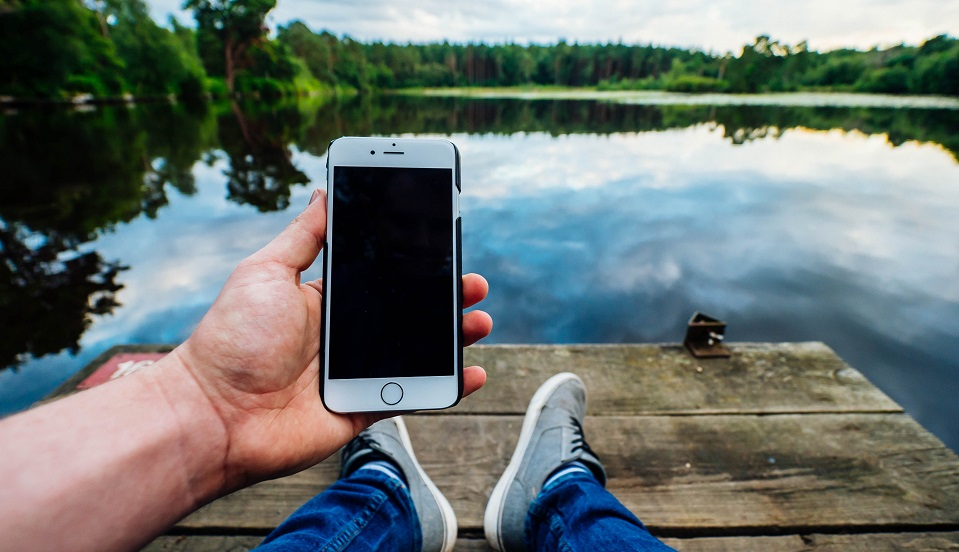 ¿Qué hacer si se te cae el celular al agua?