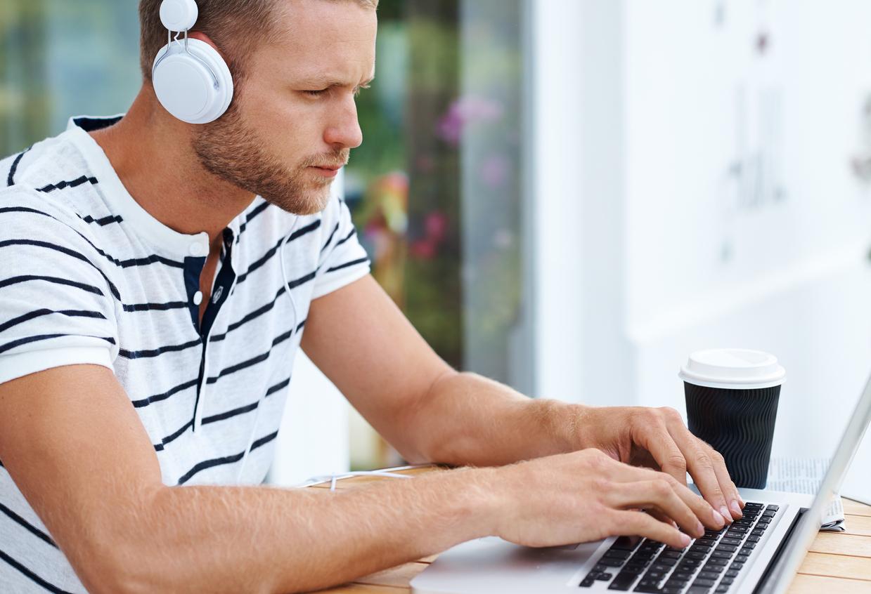 Mito o verdad: ¿escuchar música mientras haces tareas te distrae?