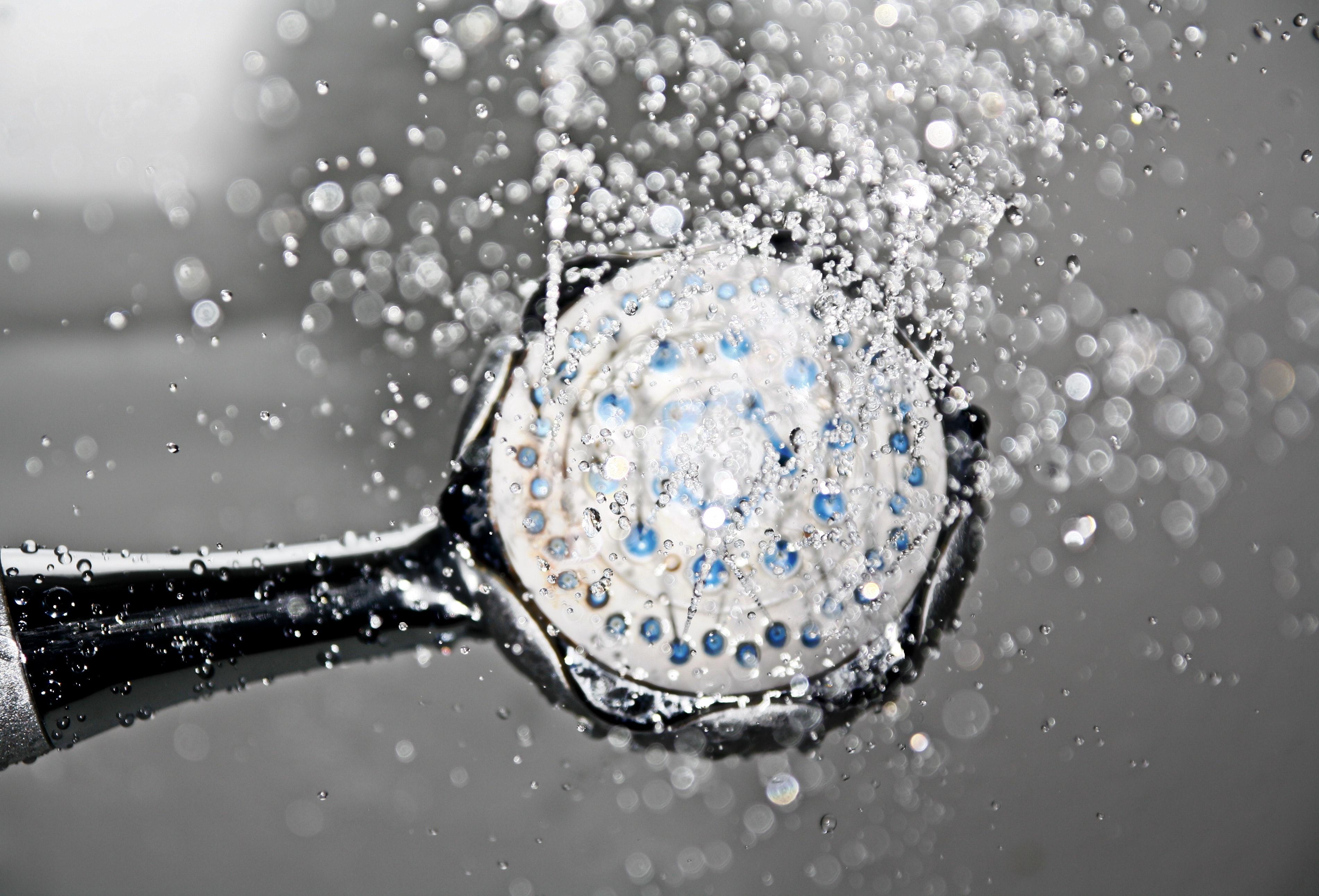 Por qué deberías bañarte con agua fría